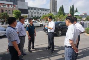 安徽省濉溪县县长郭海磊慰问奋战在高温下的一线环卫工人